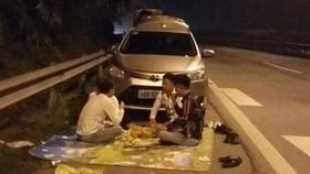 Ảnh nhóm thanh niên ngang nhiên trải thảm, ngồi ăn đêm trên cao tốc gây bức xúc trong dư luận. Ảnh: Otofun