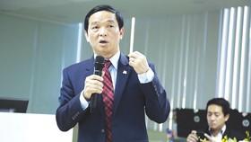 Ông Lê Viết Hải - Chủ tịch HĐQT, Tổng Giám đốc Công ty CP Tập đoàn  Xây dựng Hòa Bình đang trả lời các câu hỏi của nhà đầu tư tại buổi gặp mặt
