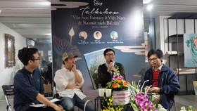 """Nhà văn Nguyễn Đình Tú (thứ hai từ phải qua) tại buổi ra mắt sách và tọa đàm """"Văn học fantasy ở Việt Nam"""""""