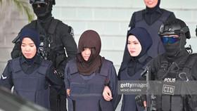 Cảnh sát áp giải Đoàn Thị Hương (giữa) sau phiên xét xử tại Tòa án tối cao Shah Alam, ngoại ô Kuala Lumpur, Malaysia, ngày 11-3-2019. Ảnh: Getty Images