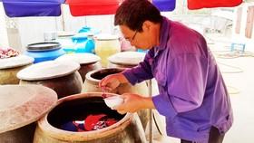Thăng trầm nước mắm truyền thống - Bài 1: Giọt mặn mòi của biển