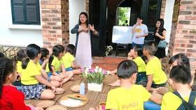 Thanh Nhàn hướng dẫn các em nhỏ câm điếc làm hoa bằng ngôn ngữ ký hiệu