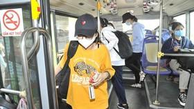 Sinh viên thanh toán thẻ xe buýt chỉ 2.000 đồng/lượt