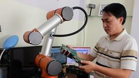 Anh Trương Trọng Toại, Giám đốc Công ty 3C  giới thiệu một sản phẩm robot trong hệ sinh thái Robot 3T