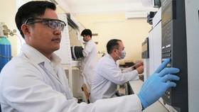 Th.S Nguyễn Văn Mỷ tại Trung tâm Nghiên cứu vật liệu cấu trúc nano và phân tử. Ảnh: HOÀNG HÙNG