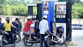 Nghịch lý giá xăng dầu
