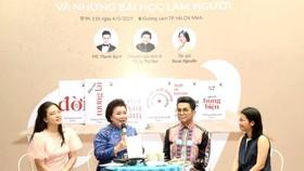Tác giả Rosie Nguyễn, MC Thanh Bạch và chuyên gia tâm lý Lý Thị Mai cùng chia sẻ về giá trị mà Tủ sách học làm người của học giả Hoàng Xuân Việt. Ảnh: HỒNG DIỆP