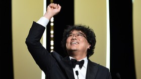 Đạo diễn Bong Joo-ho nhận giải Cành cọ vàng. Ảnh: Cannes