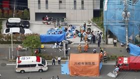 Nhân viên cứu hộ và cảnh sát tại hiện trường vụ việc. Ảnh: KYODO
