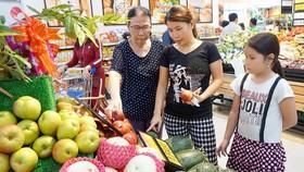 Người tiêu dùng chọn mua trái cây sạch tại một siêu thị ở TPHCM