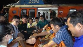 Tổ cấp cứu đường không BV Quân Y 175 đưa 2 nạn nhân từ đảo Phan Vinh đến BV Quân Y 175 điều trị. Ảnh: Văn Chính
