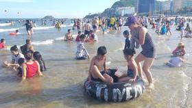 Đông đảo du khách tắm biển tại Bãi Sau (TP Vũng Tàu) trong dịp hè