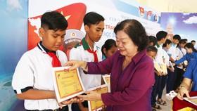 Bà Trương Mỹ Hoa, Chủ tịch Quỹ học bổng Vừ A Dính,  trao học bổng thường niên cho các em