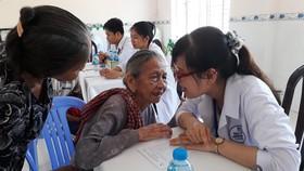 Đoàn y bác sĩ Phòng khám Đa khoa Ngọc Minh đang khám bệnh cho người dân nghèo tại xã An Thạnh Đông, huyện Cù Lao Dung. Ảnh: VIỆT NGA