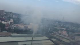 Khói từ nhà máy giấy xả thẳng lên, theo gió thổi vào chung cư  gây ô nhiễm và bụi bặm bất kể ngày đêm