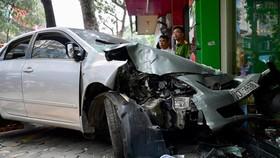 Xe Mercedes đâm liên tiếp 3 căn nhà, 1 người chết, 2 người bị thương