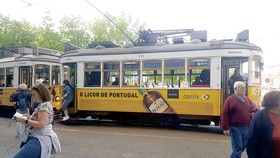 Xe điện cổ số 28 đang đón khách ở Lisbon