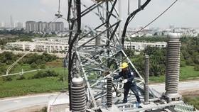 Công nhân điện lực đang kiểm tra trước khi đóng điện tại trụ số 26, trụ cuối cùng của đường dây 220kV Cát lái – Công nghệ cao