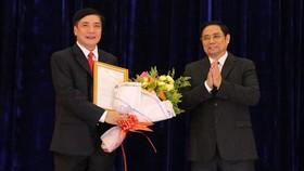 Đồng chí Phạm Minh Chính trao quyết định và chúc mừng đồng chí Bùi Văn Cường.