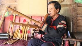 Nghệ nhân Ama Kim biểu diễn nhạc cụ dân tộc Ê Đê