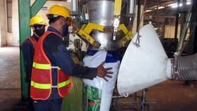 Nhiều doanh nghiệp đang chuyển sang sản xuất phân bón hữu cơ  để bảo vệ môi trường. Ảnh: Văn Phúc