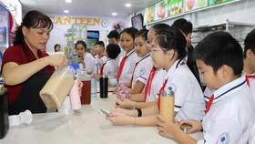 Học sinh Trường THCS Nguyễn Du đã có thói quen mang bình nước thân thiện đến trường
