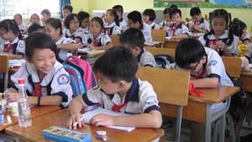 Để con đến lớp, phụ huynh phải đến trường  đóng các khoản thu vào đầu năm học