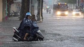 Mưa lớn và cảnh báo dông, lốc, sét và gió giật mạnh ở Trung bộ, Tây Nguyên và Nam bộ