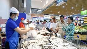 Người tiêu dùng chọn mua thủy sản trong siêu thị