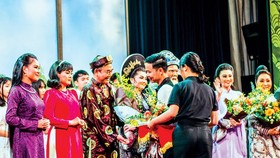 "SCB representative presented flowers to artists participating in the program ""Cai Luong-Hundred Years of Origin""."