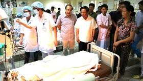 Lãnh đạo tỉnh Hòa Bình tới thăm và động viên bệnh nhân chạy thận bị sốc phản vệ tại Bệnh viện đa khoa tỉnh Hòa Bình.