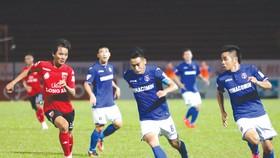 Long An (trái) tiếp tục quyết đấu với tinh thần quả cảm để tìm trận thắng trước chủ nhà Quảng Ninh.  Ảnh: Nhật Anh
