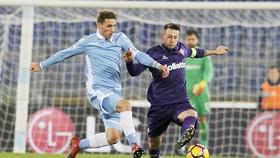 Federico Bernardeschi (phải, Fiorentina) có cái chân trái rất dẻo.