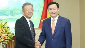 Phó Thủ tướng Vương Đình Huệ tiếp Chủ tịch kiêm Tổng Giám đốc điều hành của Tập đoàn Bảo hiểm AIA, ông Ng Keng Hooi. Ảnh: VGP/Thành Chung