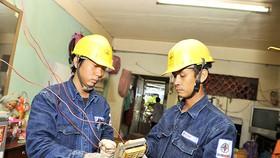 Nhân viên ngành điện TP hỗ trợ sửa chữa điện cho hộ nghèo