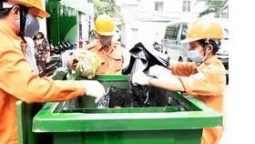 Thu gom rác phân loại tại nguồn ở hẻm 25 Nguyễn Bỉnh Khiêm, quận 1      Ảnh: CAO THĂNG