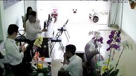 Ông Thiện (người đứng thứ 2 từ phải qua) đánh ông Bình xuống ghế. Ảnh chụp lại từ camera an ninh của văn phòng luật sư L.Q.T.