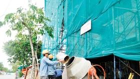 Cá nhân  xây dựng công trình trên 100 triệu đồng phải nộp thuế.  Ảnh: THÀNH TRÍ