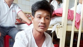 Gia đình nghèo cùng vào bệnh viện