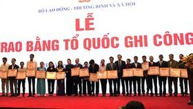 Chủ tịch Quốc hội Nguyễn Thị Kim Ngân trao bằng Tổ quốc ghi công cho thân nhân các liệt sĩ
