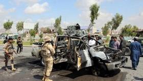 Lực lượng an ninh Afghanistan điều tra tại hiện trường một vụ đánh bom tại Kandahar. - Ảnh: agerpres.ro.