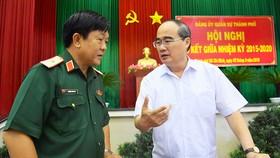 Bí thư Thành ủy TPHCM Nguyễn Thiện Nhân trao đổi với  Thiếu tướng  Trương Văn Hai, Tư lệnh Bộ Tư lệnh TPHCM, bên lề hội nghị Ảnh: VIỆT DŨNG