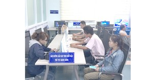 Người dân thực hiện thủ tục hành chính qua điện thoại tại Trung tâm Hành chính công Tây Ninh