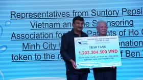Ông Uday Shankar Sinha – Tổng Giám Đốc Suntory PepsiCo Việt Nam trao bảng tượng trưng tiền quyên góp được từ giải đấu cho ông Trần Thành Long – Chủ tịch Hội bảo trợ bệnh nhân nghèo TPHCM