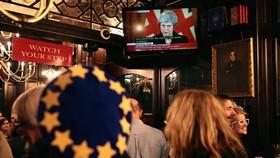 Người dân Anh theo dõi buổi truyền hình trực tiếp bài phát biểu của Thủ tướng Theresa May sau khi dự thảo Brexit được Nội các thông qua. (Nguồn: Getty Images)