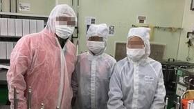 Sinh viên làm việc tại một nhà máy sản xuất kính áp tròng tại Đài Loan
