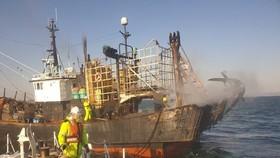 Tàu đánh cá bốc cháy ở ngoài khơi bờ biển phía Tây Nam Hàn Quốc. (Nguồn: Yonhap)