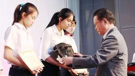 Báo SGGP trao 30 suất học bổng tặng học sinh nghèo vượt khó tại Đồng Nai