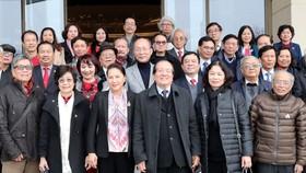 Chủ tịch Quốc hội Nguyễn Thị Kim Ngân với các đại biểu văn nghệ sĩ  nhân dịp chuẩn bị đón Xuân Kỷ Hợi 2019     Ảnh: TTXVN
