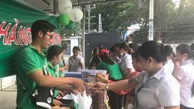 Những chuyến bán hàng lưu động tạo điều kiện thuận lợi cho công nhân mua sắm trong dịp tết